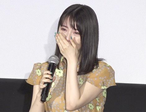 舞台あいさつで涙する浜辺美波 (C)ORICON NewS inc.