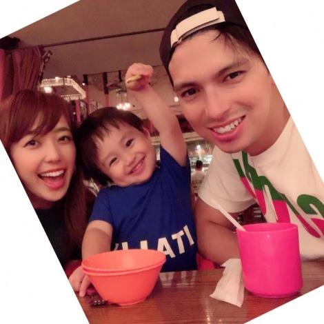 長男との家族ショットで妊娠を報告したアレクサンダー&川崎希夫妻(写真は事務所許諾済み)
