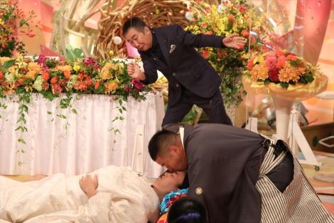 8月23日放送、ABCテレビ・テレビ朝日系『新婚さんいらっしゃい!』でリモート結婚式を挙げたチェリー吉武・白鳥久美子(たんぽぽ)夫妻がキスでギネス世界記録に挑戦(C)ABCテレビ