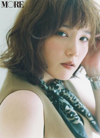 サムネイル 『MORE』10月号表紙を飾る本田翼  撮影/横山創大