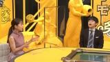 """8月27日放送、総合テレビ『モンダイな条文〜世界の""""謎ルール""""〜』ゲストの田中みな実、MCのバカリズム (C)NHK"""