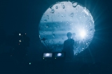 背後から光を当て、前面の紗幕に影と映像を映し出す(撮影:横山マサト)