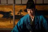 大河ドラマ『麒麟がくる』第22回「京よりの使者」より。足利義輝と再会する明智光秀(長谷川博己) (C)NHK
