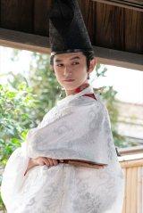 「白い服」の時も。生地からも高貴さが漂う(C)NHK