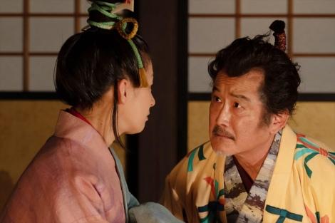 大河ドラマ『麒麟がくる』第22回より。松永久秀(吉田鋼太郎)と伊呂波太夫(尾野真千子) (C)NHK