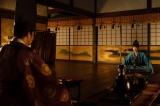 大河ドラマ『麒麟がくる』第22回より。足利義輝(向井理)に「織田信長を連れてくる」と約束する光秀(長谷川博己)(C)NHK