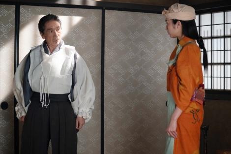 大河ドラマ『麒麟がくる』第22回より。望月東庵(堺正章)と駒(門脇麦)がけんか(C)NHK