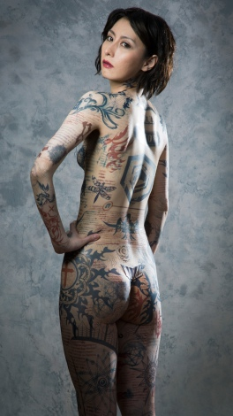 WOWOW海外ドラマ『ブラインドスポット タトゥーの女』のメインビジュアルをモチーフに鳥居みゆきが全身タトゥー姿を披露
