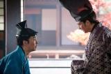 大河ドラマ『麒麟がくる』第23回(9月6日放送)より。義輝(向井理)と話をする光秀(向井理)(C)NHK