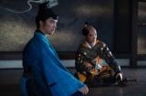 大河ドラマ『麒麟がくる』第23回(9月6日放送)より。義輝の文を手に織田信長(染谷将太)のもとに向かった光秀は、藤吉郎を紹介される(C)NHK
