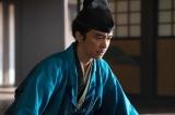 大河ドラマ『麒麟がくる』第23回(9月6日放送)より。義輝と話をする光秀(向井理)(C)NHK
