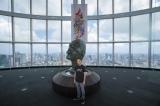 会場エントランスに立つ大野智(C)FREESTYLE 2020 SATOSHI OHNO EXHIBITION