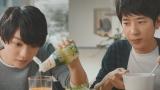 「鮮度のオイルシリーズ」新CM『有機えごま油 新発売』篇に出演する(左から)西畑大吾、二宮和也