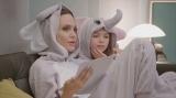 おそろいのゾウの着ぐるみを着て台本の読み合わせをするアンジェリーナ・ジョリーとブルックリン・キンバリー・プリンス