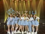 ブルーを基調とした新衣装で『THE MUSIC DAY』に出演したNiziU