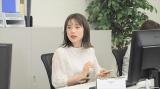 再現VTRで部下役を演じる弘中綾香アナウンサー=9月16日放送、『太田伯山ウイカのはなつまみ』 (C)テレビ朝日