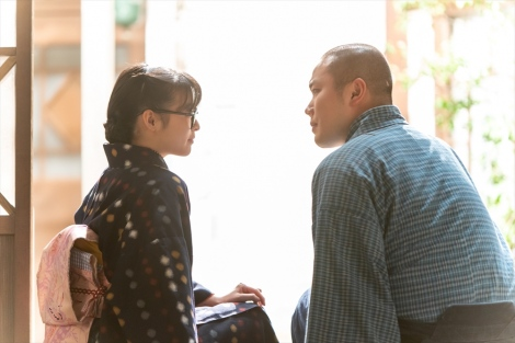 連続テレビ小説『エール』第14週・第66回より。五郎(岡部大)は梅(森七菜)に一目ぼれ?(C)NHK