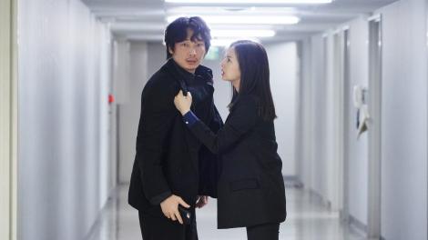 映画『ドクター・デスの遺産-BLACK FILE-』でバディを組む綾野剛&北川景子