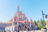 """""""ニューファンタジーランド""""にそびえ立つ「美女と野獣の城」(C)Disney"""