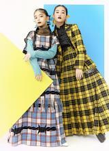 アンジュルムの上國料萌衣はアクアブルー、佐々木莉佳子はイエローのメンバーカラーで=『装苑』11月号より