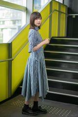 「サイレントマジョリティー」MV同様、渋谷ヒカリエを背に撮影