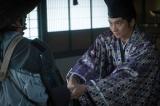 大河ドラマ『麒麟がくる』第24回、襲撃を受け、立ち向かう足利義輝(向井理) (C)NHK