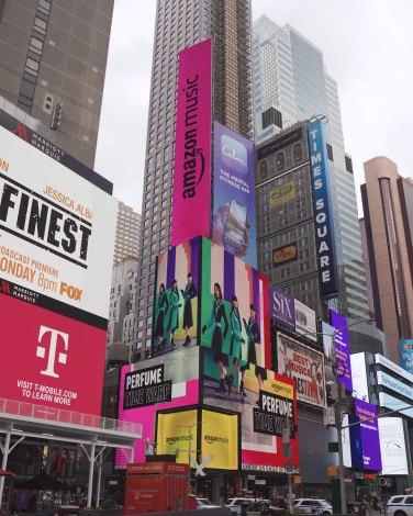 米ニューヨークの中心地タイムズスクエアに登場したPerfumeの街頭広告