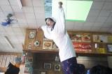 慎吾母(香取慎吾)による「お母さん食堂」テレビCMメイキングカット。〈四川風麻婆豆腐篇〉の火を吹くシーンはワイヤーで釣り上げて撮影