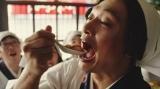 慎吾母(香取慎吾)による「お母さん食堂」テレビCMメイキングカット。四川風麻婆豆腐をパクッ!