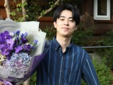 成田凌が撮了、石原さとみから花束