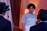 『相棒season19』初回(10月14日放送)石丸幹二が謎多きIT長者役で登場。手前にいるのはVRヘッドセットを装着した杉下右京(水谷豊)と冠城亘(反町隆史) (C)テレビ朝日
