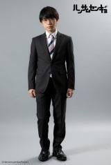 ドラマ『ハンサムセンキョ』(10月7日スタート)「ORIHICA」のスーツを着用した花野薫(深澤大河) (C)ハンサムセンキョ管理委員会
