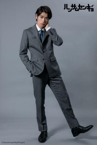 ドラマ『ハンサムセンキョ』(10月7日スタート)「ORIHICA」のスーツを着用した白峰誠二(一ノ瀬 竜) (C)ハンサムセンキョ管理委員会