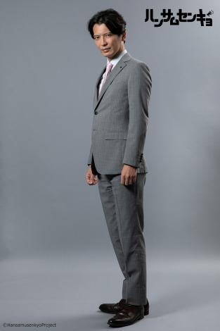 ドラマ『ハンサムセンキョ』(10月7日スタート)「ORIHICA」のスーツを着用した刈安健司(窪寺昭) (C)ハンサムセンキョ管理委員会