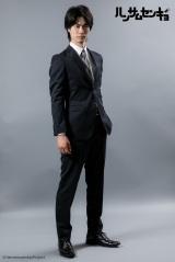 ドラマ『ハンサムセンキョ』(10月7日スタート)「ORIHICA」のスーツを着用した梔子・ミレー(八巻貴紀) (C)ハンサムセンキョ管理委員会