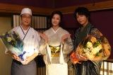 『私たちはどうかしている』をクランクアップした和田聰宏(左)、山崎育三郎(右) 中央は観月ありさ(C)日本テレビ