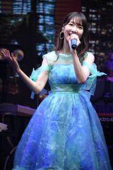 さわやかなブルーのドレスでも魅了