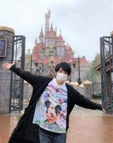 日本テレビ系朝の情報番組『ZIP!』内で東京ディズニーランドの新エリアを徹底取材する風間俊介(C)日本テレビ