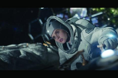 Netflix映画『ミッドナイト・スカイ』(12月配信)宇宙服に身を包み、意味深な表情を見せるフェリシティ・ジョーンズ
