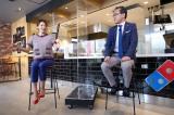 『ドミノ・ピザ ジャパン35周年記念イベント』に出席した眞鍋かをり(左)