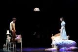 ミュージカル『Happily Ever After』で「Around The World」を歌唱する生田絵梨花と海宝直人