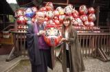 20周年ツアー成功を祈願して、高崎少林山達磨寺ライブでだるまを奉納した矢井田瞳(右)