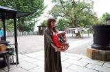 20周年ツアー成功を祈願して、高崎少林山達磨寺ライブでだるまを奉納した矢井田瞳