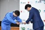 小泉進次郎大臣から任命書を受け取るマシンガンズ・滝沢秀一 (C)ORICON NewS inc.
