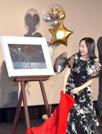 サプライズでプレゼントされたタイトルアートを見る芦田愛菜=映画『星の子』の公開初日舞台あいさつ (C)ORICON NewS inc.