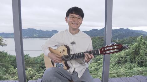 23日放送『もっと四国音楽祭 2020』でギター演奏を披露する南原清隆(C)NHK四国
