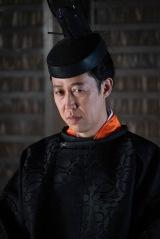 大河ドラマ『麒麟がくる』第26回より。小籔千豊が演じる二条晴良が登場 (C)NHK