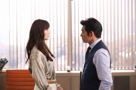 『SUITS/スーツ2』最終話に登場する(左から)観月ありさ、織田裕二 (C)フジテレビ