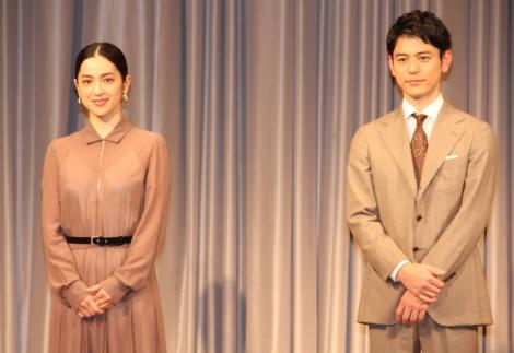 (左から)中村アン、妻夫木聡=TBS系日曜劇場『危険なビーナス』制作発表会見 (C)ORICON NewS inc.