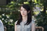 新水曜ドラマ『#リモラブ〜普通の恋は邪道〜』より2011年「お茶漬け」時代の美々(波瑠)(C)日本テレビ